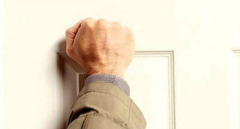 As diferenças entre bater a porta e à porta